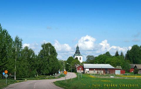 Kyrkan mitt i byn i Västerfärnebo, Västmanland.